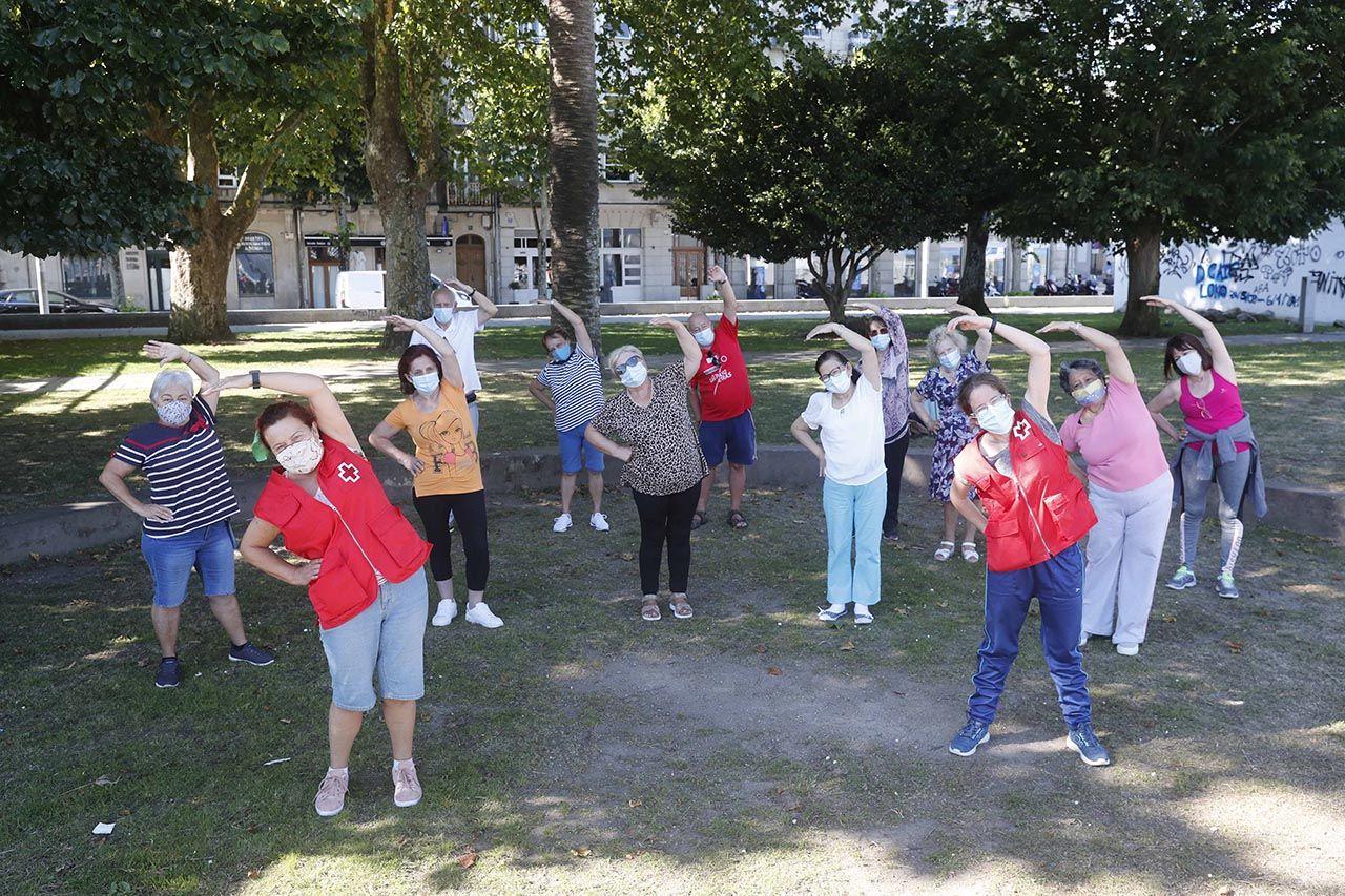 Taller de gimnasia para mayores de Cruz Roja en los jardines de Montero Ríos.     PABLO HERNÁNDEZ (12).jpg