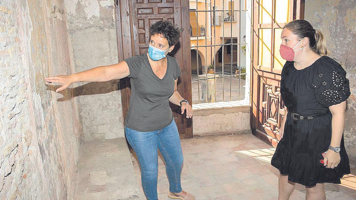 Carmina Ballester (i) y María Baila, en una visita a las instalaciones de la antigua cárcel que rehabilitarán.