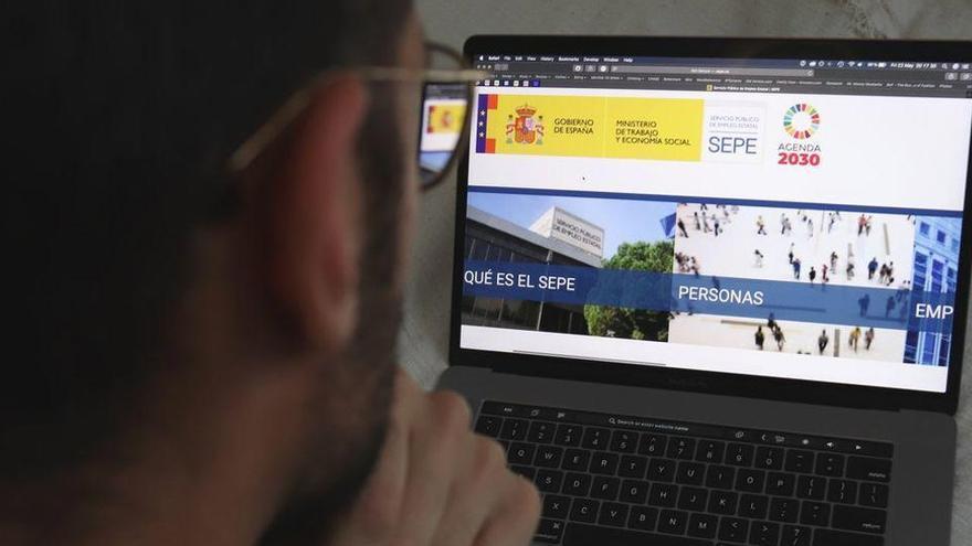 Treball avisarà per SMS 45.388 afectats per erto del retard de l'ajuda de fins a 900 euros
