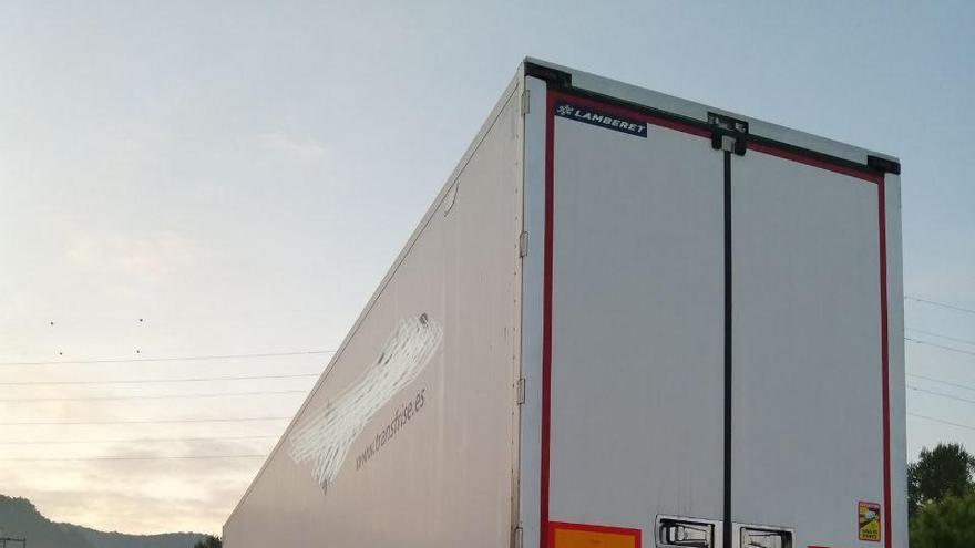 Bolca el remolc d'un camió i provoca una fuita de gas-oil a Castellolí