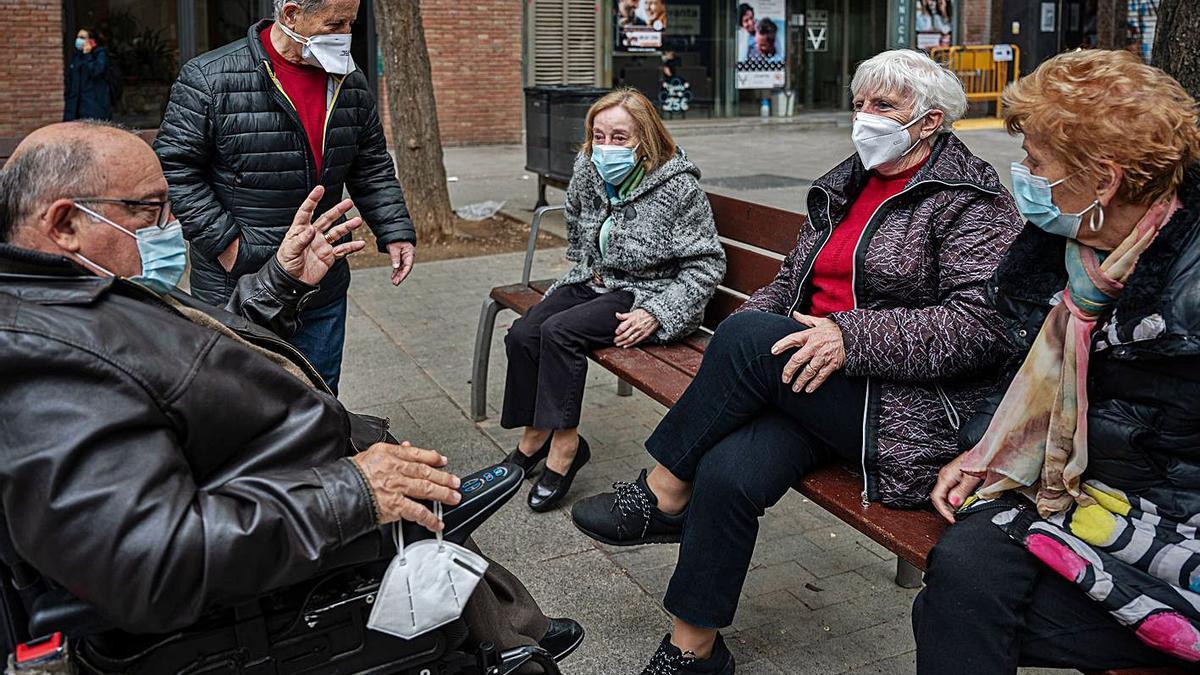 Un grup de jubilats conversa a Barcelona, en una imatge d'arxiu