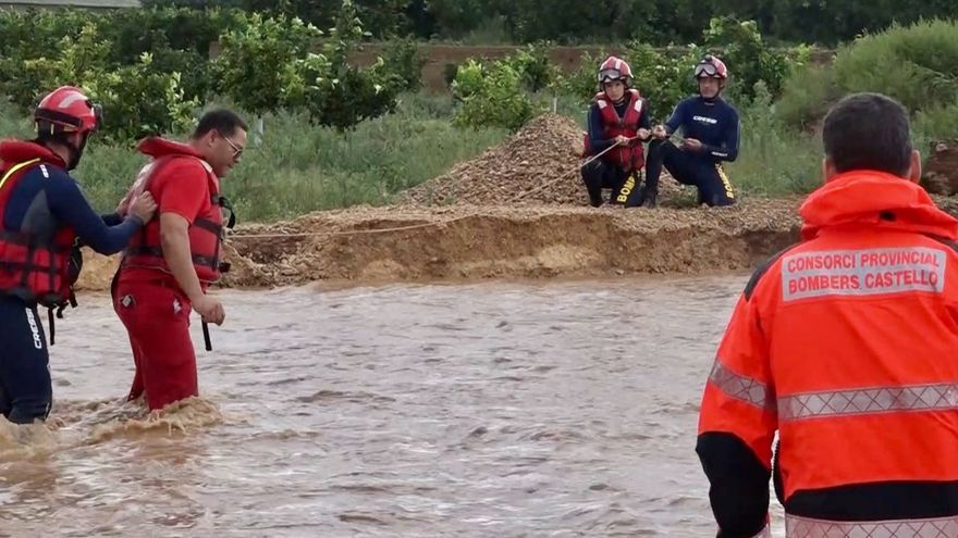 Los bomberos rescatan a 25 personas en la tromba de agua de Vinaròs