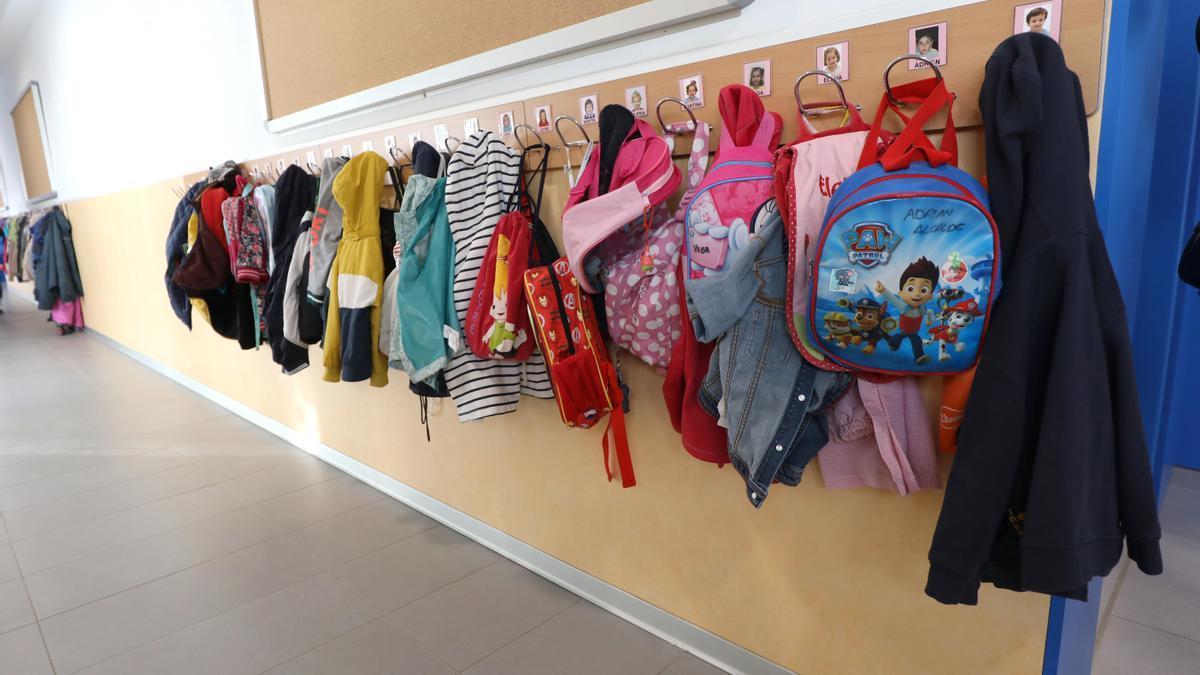 Varias mochilas en una clase de un colegio de Aragón.