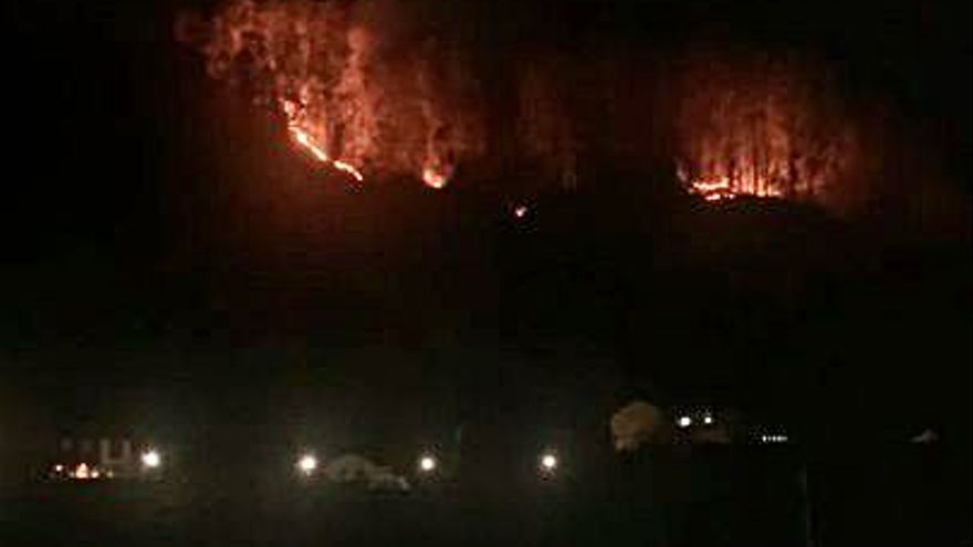 Los bomberos intervienen en un incendio cerca de El Entrego