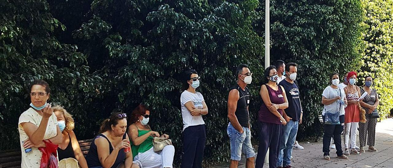 Trabajadores de Bonnysa, ayer, en la planta de Mutxamel.