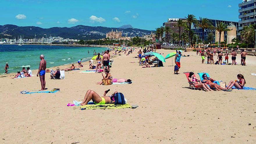 Stadt drängt auf Schirme und Liegen an der Playa de Palma