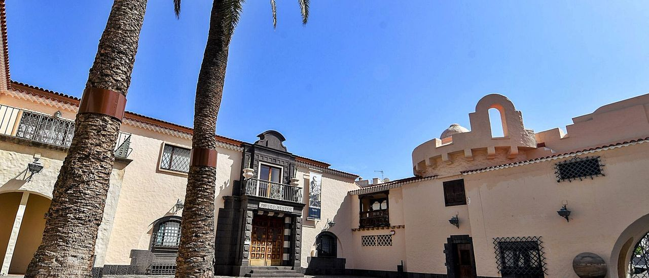 Fachada del Museo Néstor y vista parcial de la plaza de Las Palmas, en el conjunto arquitectónico del Pueblo Canario.     JUAN CASTRO