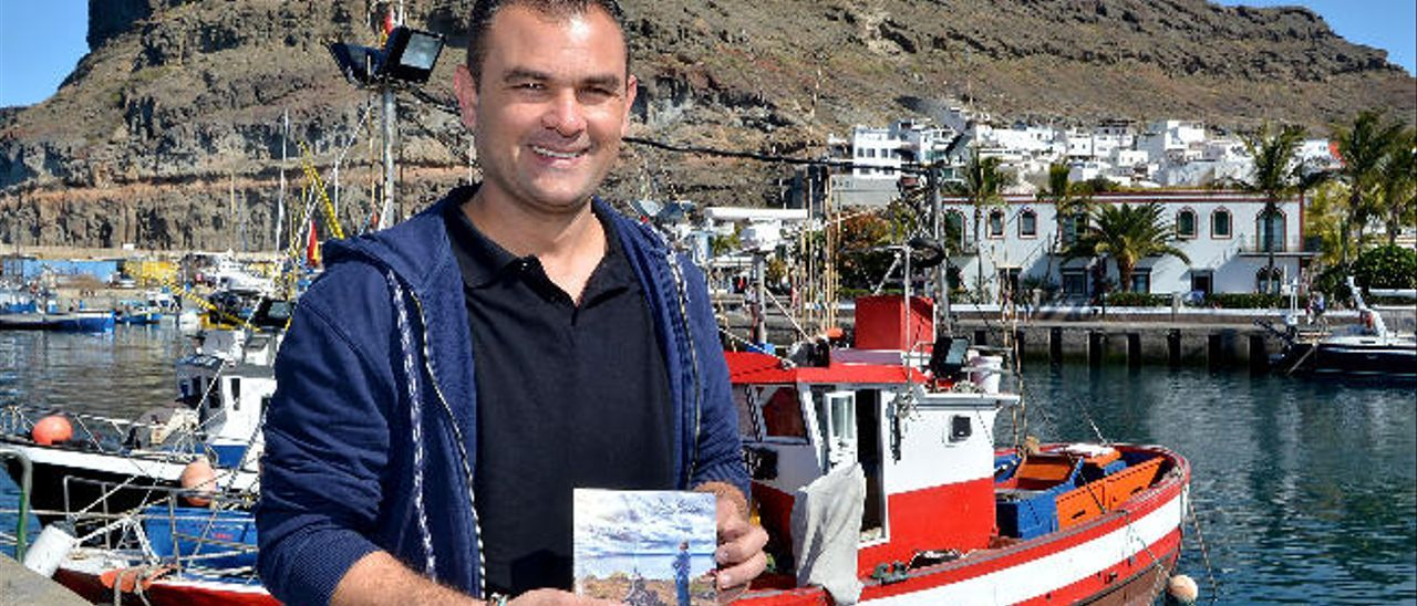 El cantante Pedro Manuel Afonso, ayer en puerto de Mogán, con su nuevo retoño entre las manos.