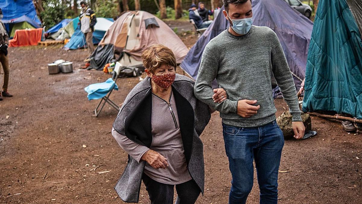 Una vecina de 87 años llevó ayer tres calderos de rancho a los migrantes del campamento de acogida de Las Raíces, en La Laguna.