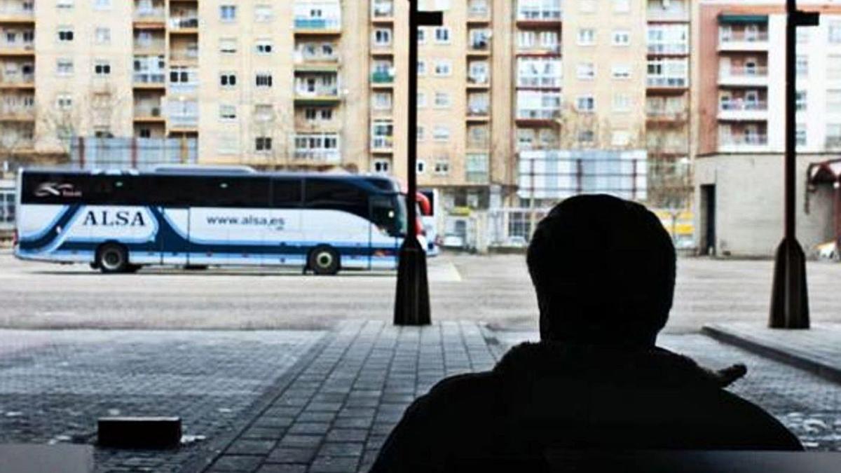 Un pasajero espera en la estación de autobuses de Zamora.