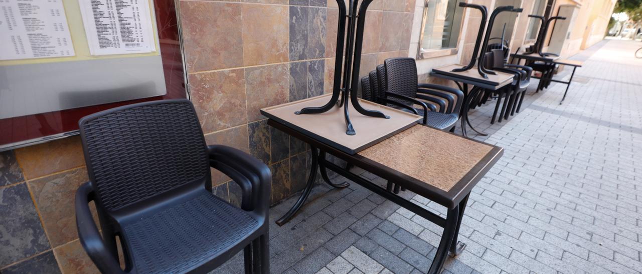 Los bares pueden abrir el lunes, pero sólo sus terrazas. J. A. Riera