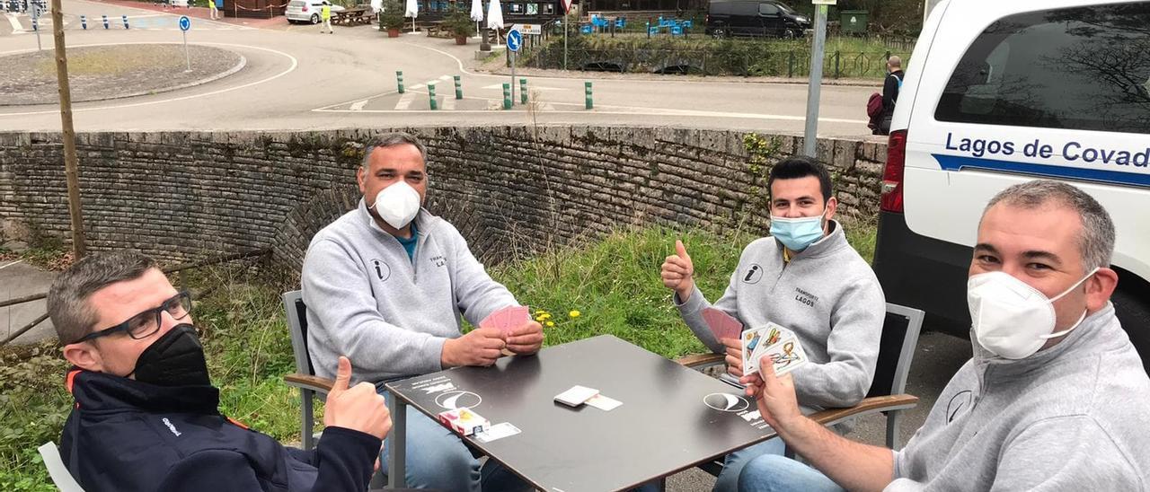 Taxistas de Covadonga, echando una partida a las cartas para matar el tiempo.