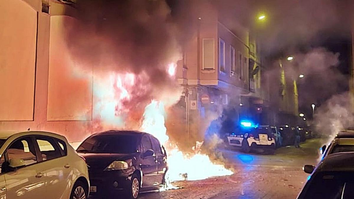 Momento en el que las llamas alcanzan a un vehículo.  rcv