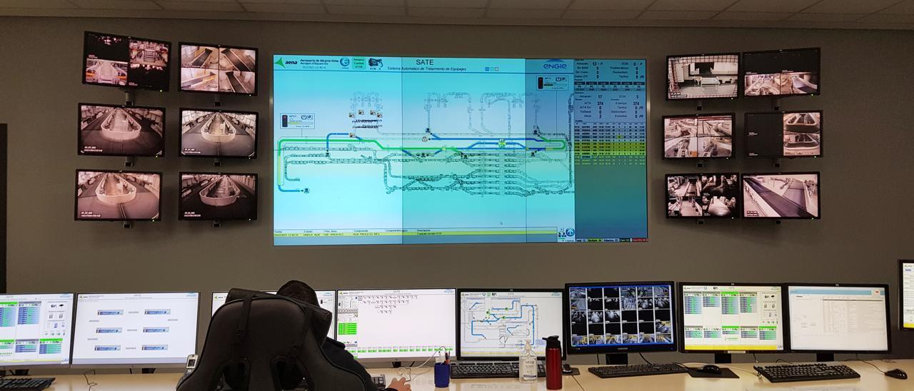 Sala de control del Sistema Automatizado del Transporte de Equipajes en el aeropuerto
