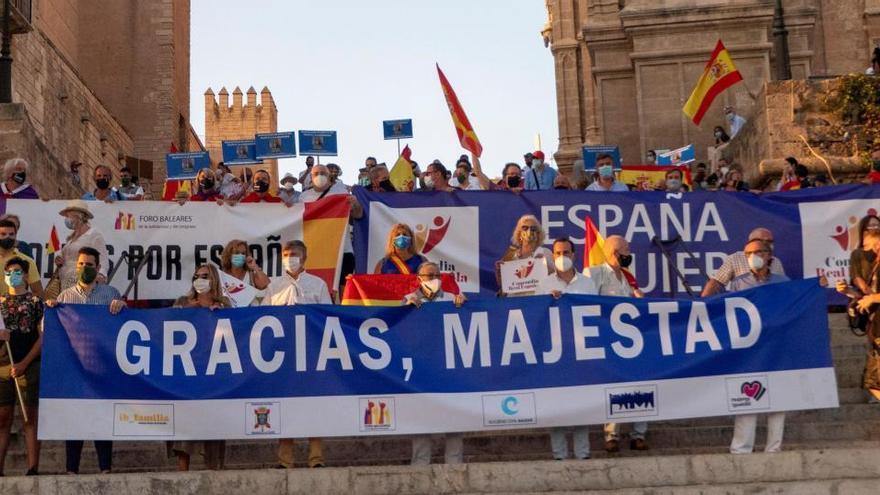 Unas 200 personas muestran su apoyo al Rey en Palma