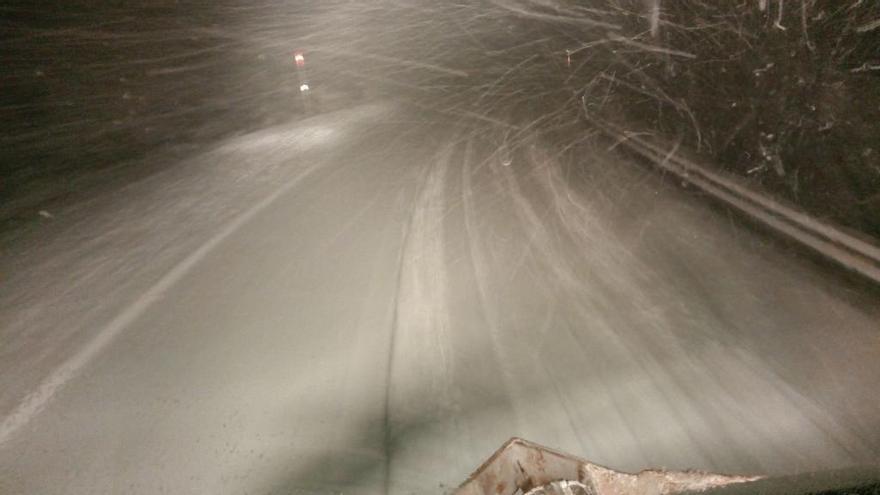 La nieve dificulta el tráfico y deja sin clase a más de 700 escolares en Galicia