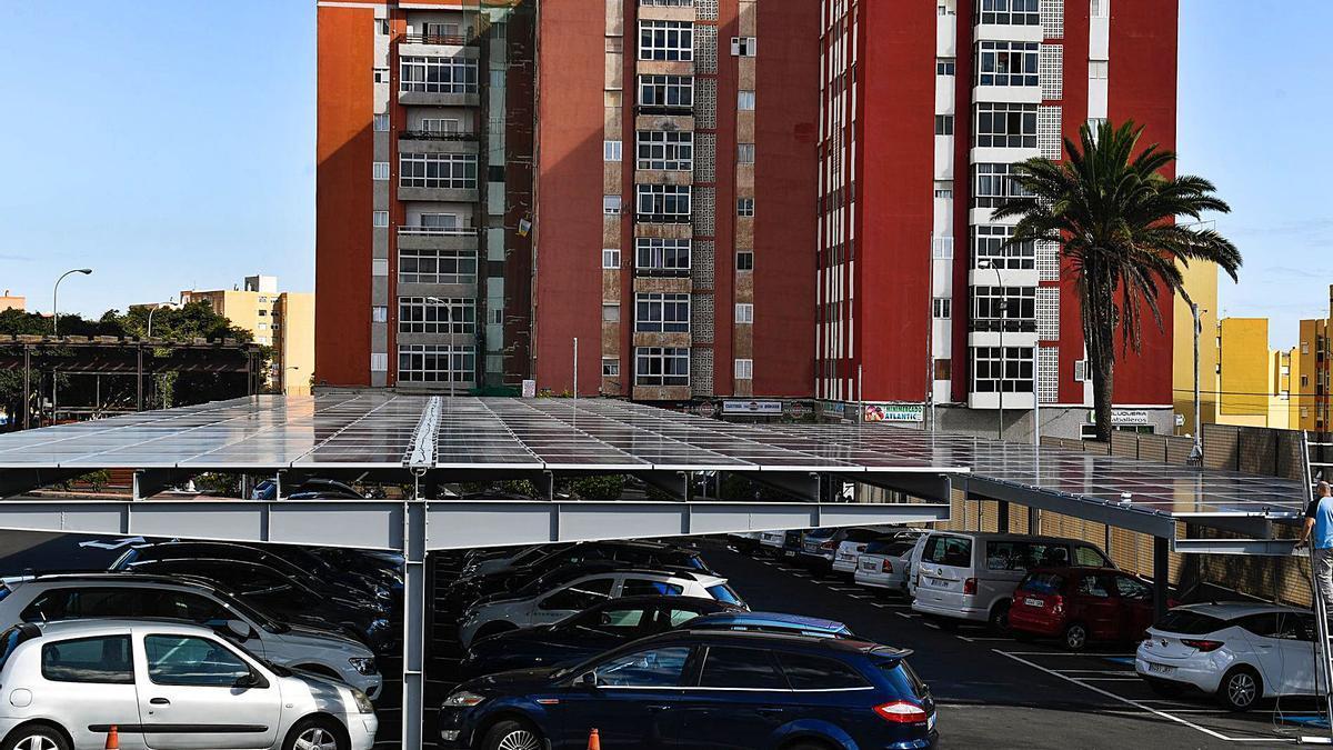Un operario trabaja en la instalación de paneles solares en los aparcamientos de Infecar.