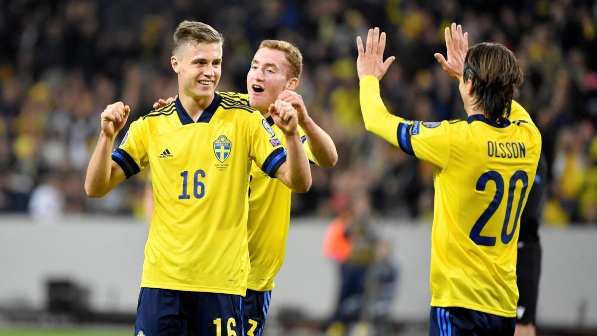 El centrocampista sueco Mattias Svanberg celebra un gol con la selección.