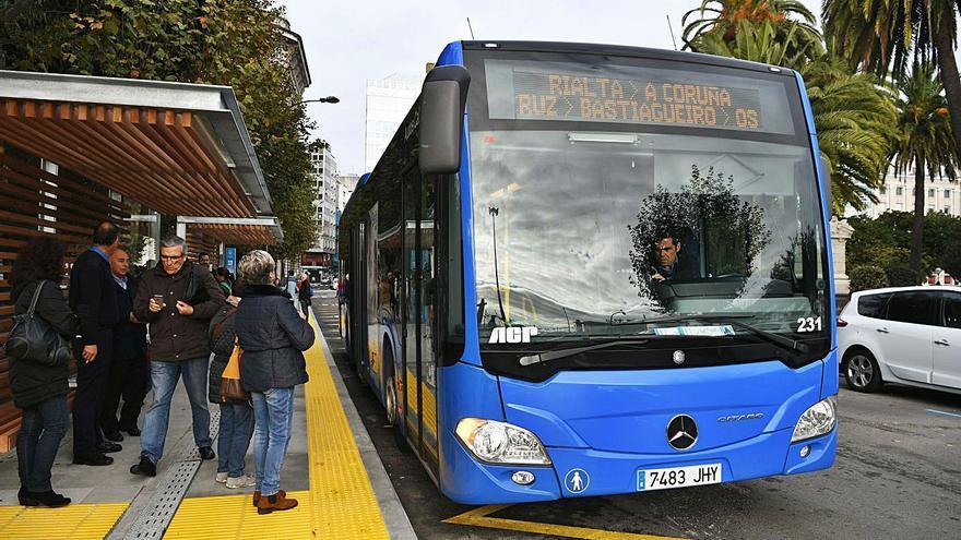 La Xunta trabaja en la mejora de la 'app' de los buses comarcales, aún sin fecha para el área