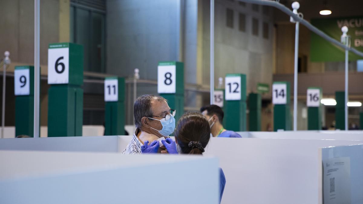 Un hombre recibe la vacuna contra el covid en Sevilla.