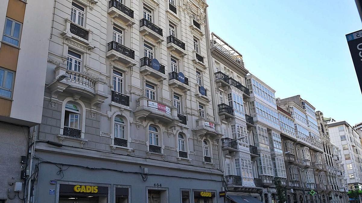 Viviendas en la plaza de Lugo.   | // CARLOS PARDELLAS