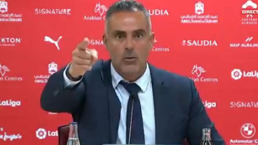 """El enfado del entrenador del Almería que se ha vuelto viral: """"¡Respeto!"""""""