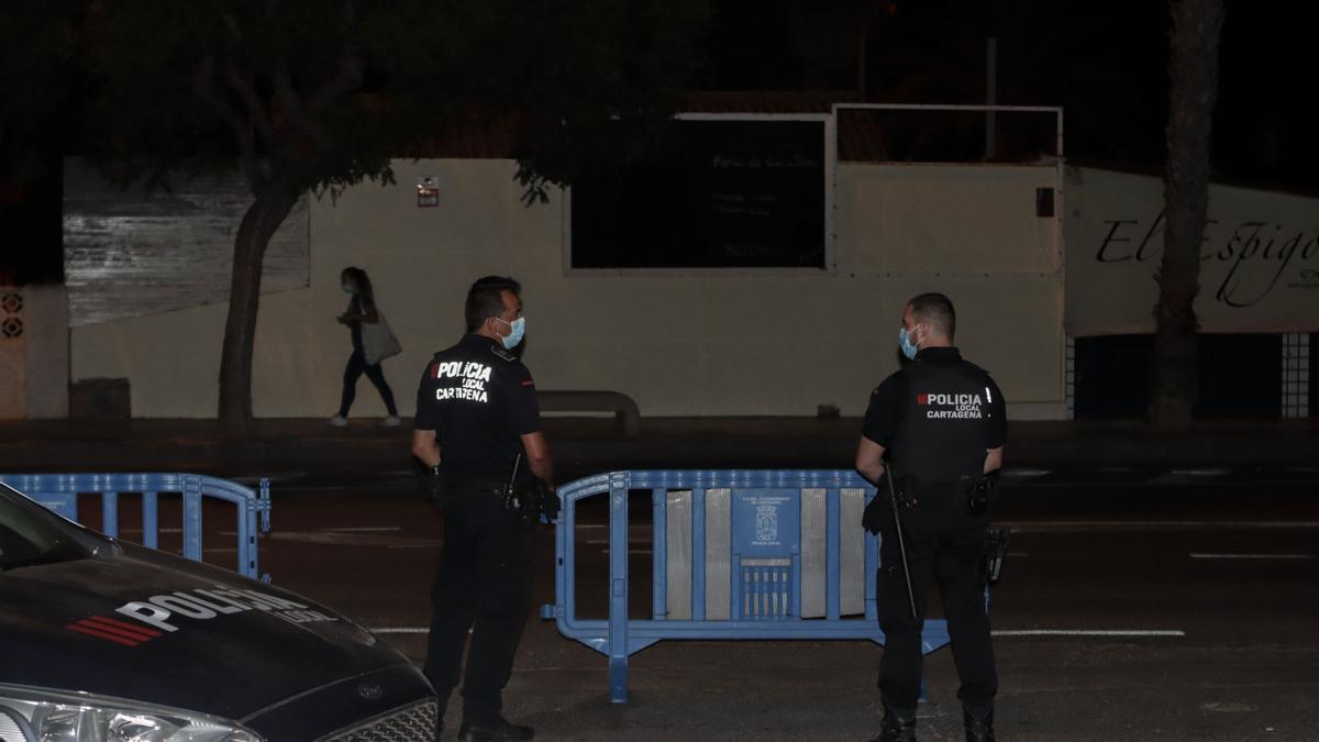 Policías locales vigilan la zona