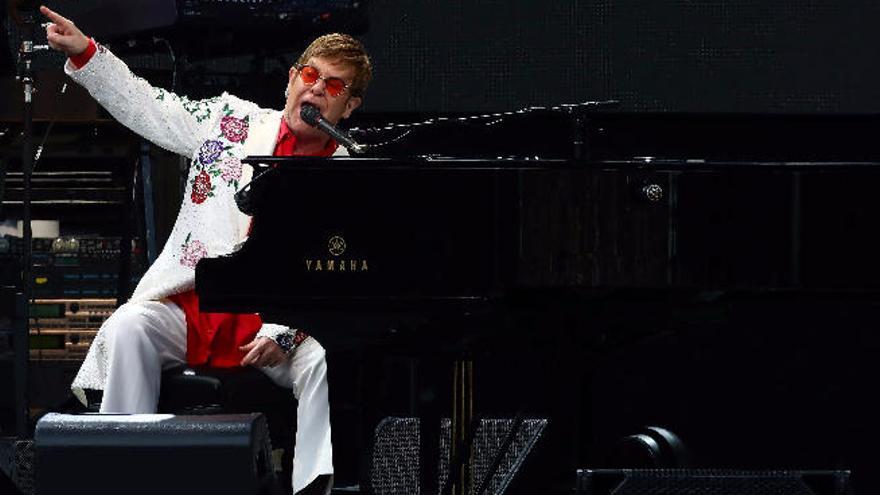 Elton John tira de sus clásicos  más rockeros