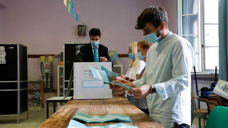Italia aprueba la reducción de diputados y senadores, según los sondeos a pie de urna