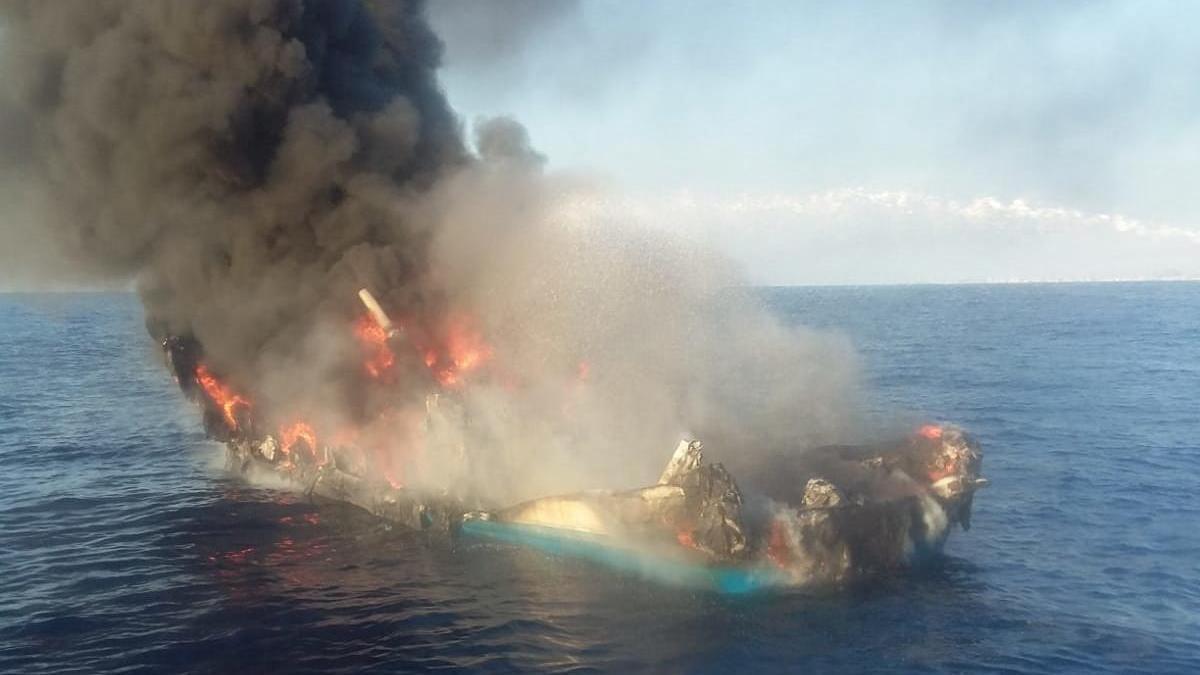 Imagen del pesquero que se ha incendiado.