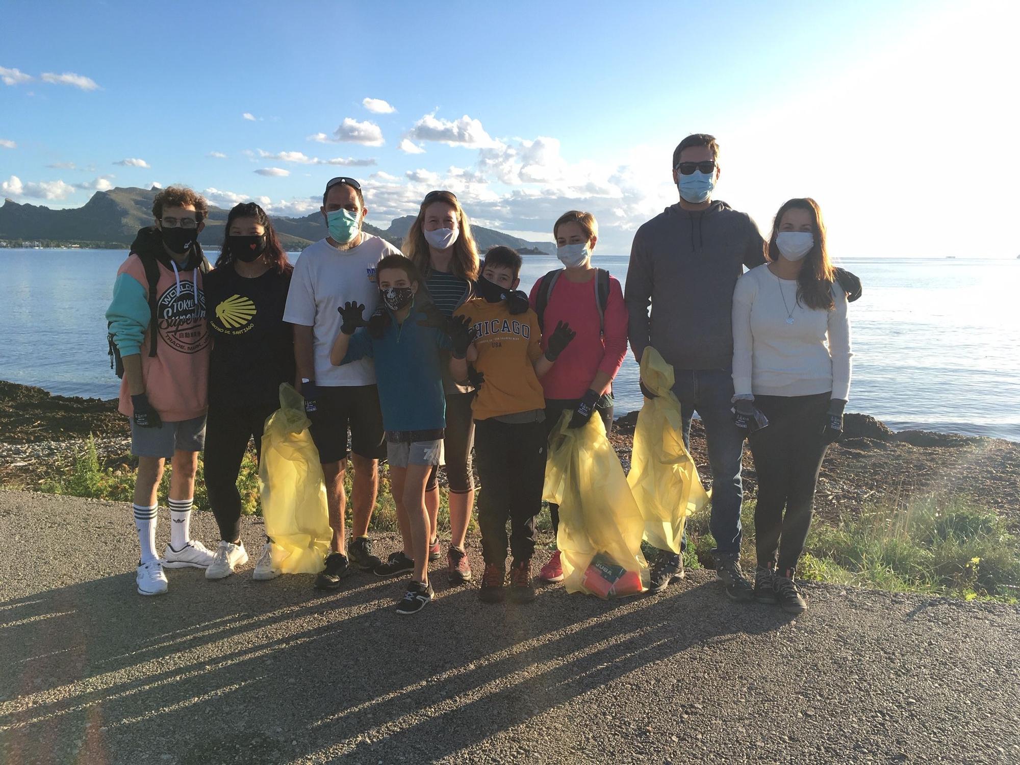 Una veintena de voluntarios reúnen 15 bolsas de basuras del arenal. Es una iniciativa particular de ciudadanos concienciados en la necesidad de mantener las playas limpias