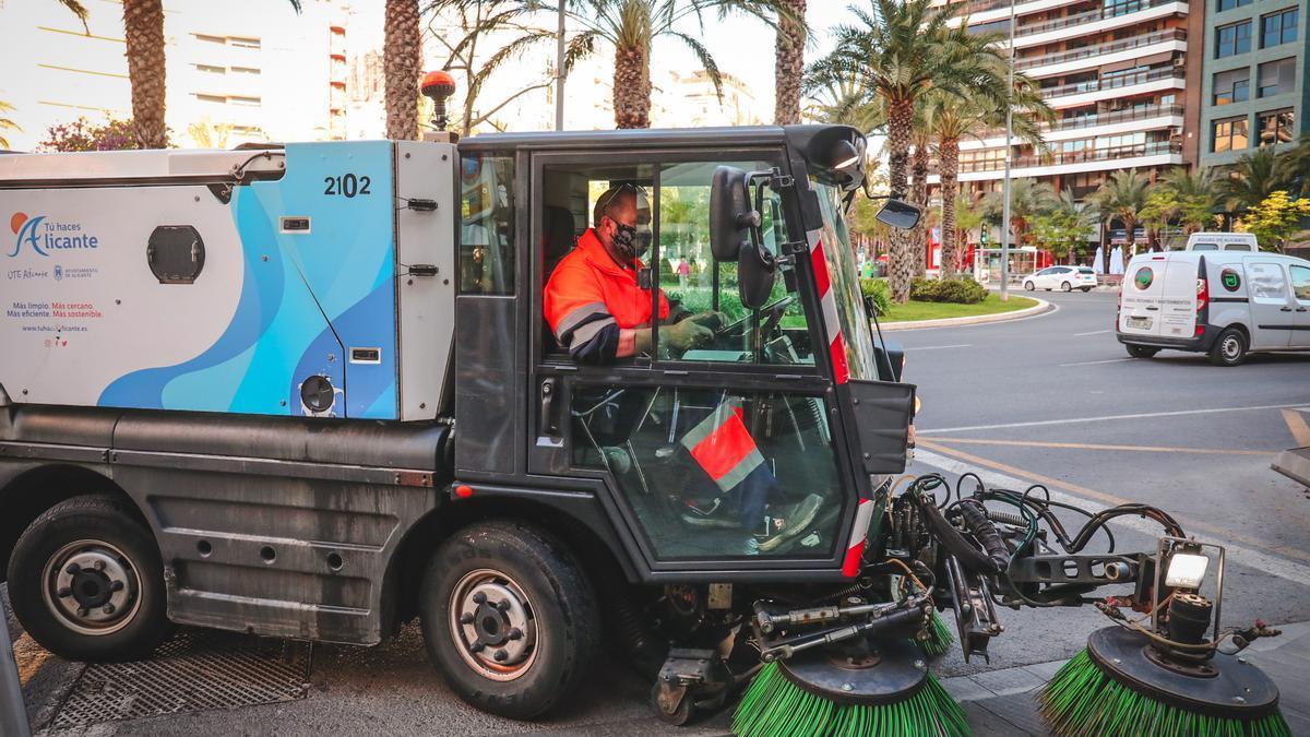 Un operario de UTE Alicante en la plaza de Luceros