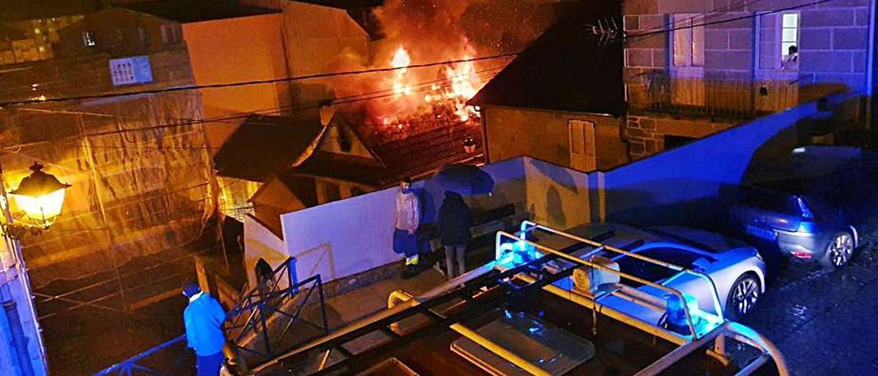 Las llamas alarmaron a los vecinos del casco urbano.   | // M.C.