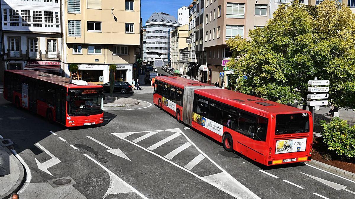 Un bus articulado entra en la calle San Juan mientras otro baja por la calle de la Torre. |   // VÍCTOR ECHAVE