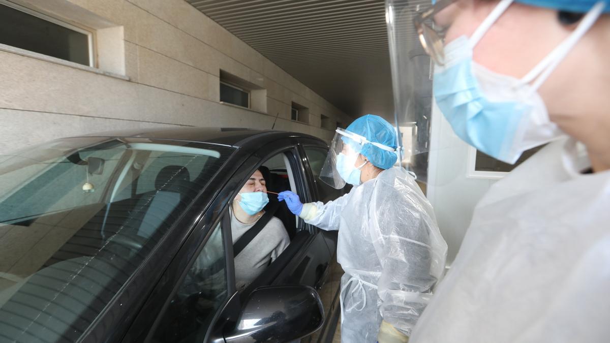 Toma de muestras para una PCR en el centro de salud Gran Vía de Castelló.