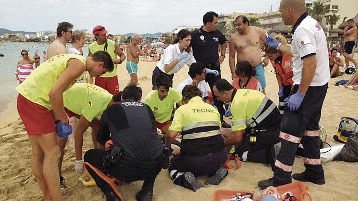 Las asistencias sanitarias atienden a un ahogado en una playa de Mallorca.