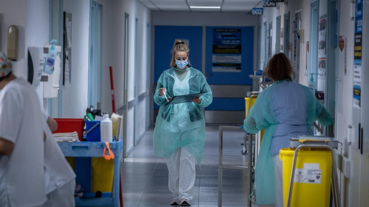 Sanitarios en la UCI de un hospital de Canarias