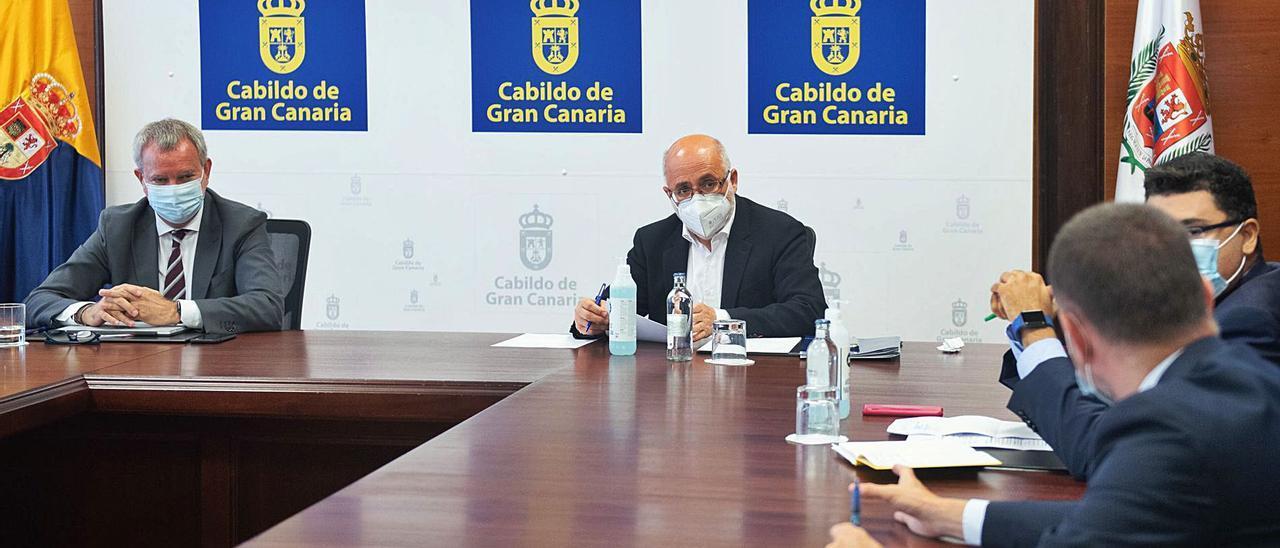 De izquierda a derecha, Sebastián Franquis, Antonio Morales, Miguel Ángel Pérez y, de espaldas, Teodoro Sosa, en la reunión de ayer.
