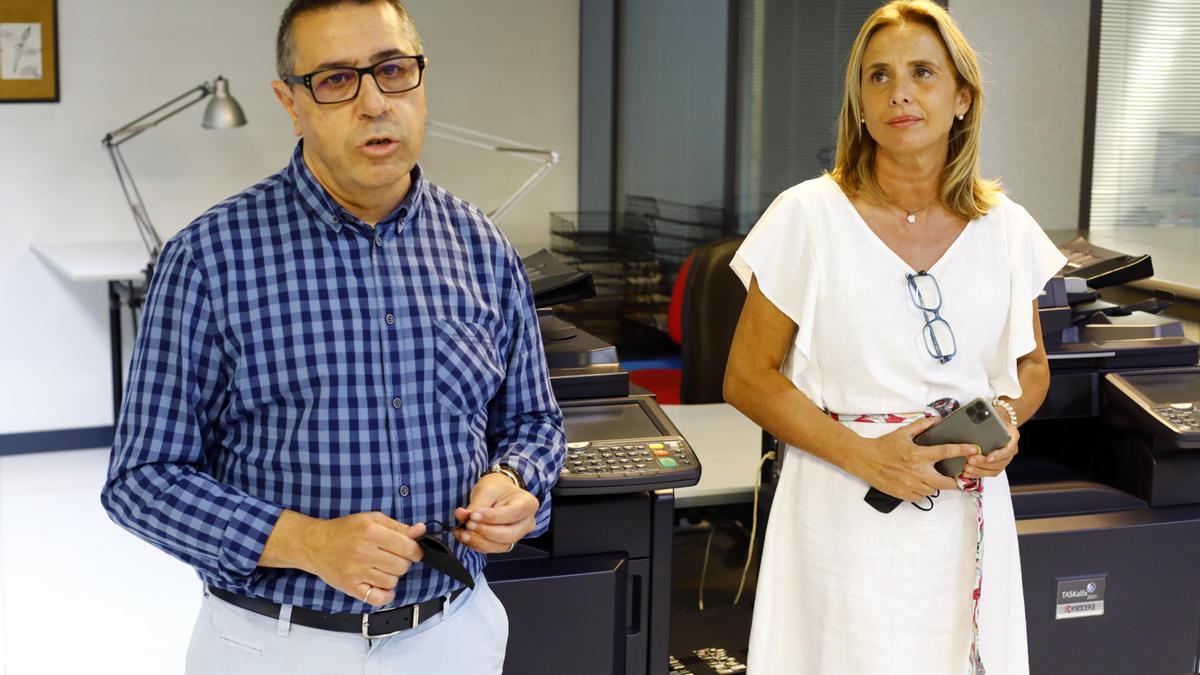 Nicolás Espada, director de EL PERIÓDICO, y Cristina Sánchez, la nueva gerente, ayer, en la presentación a la plantilla