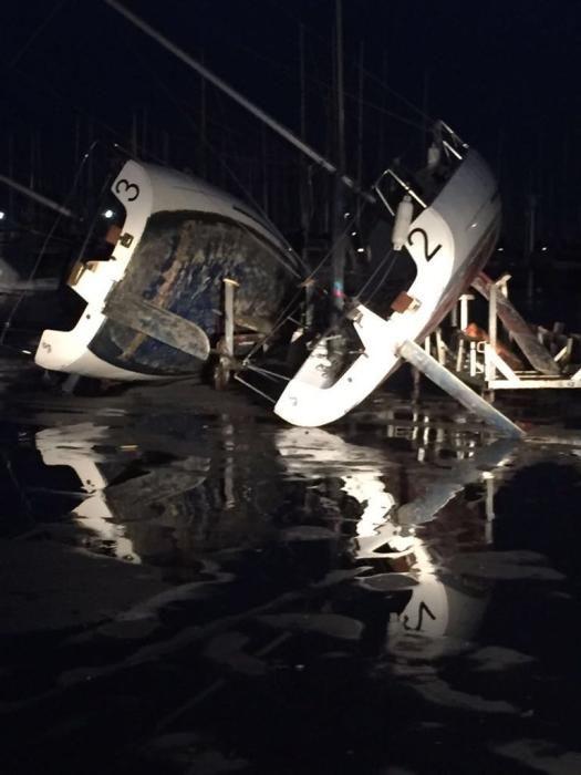 Barcos volcados por el viento en el Club Naútico de Valencia