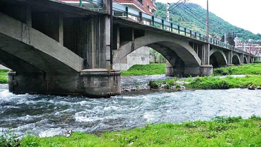 Adif licita el contracte per reparar el pont del tren al seu pas per Ripoll