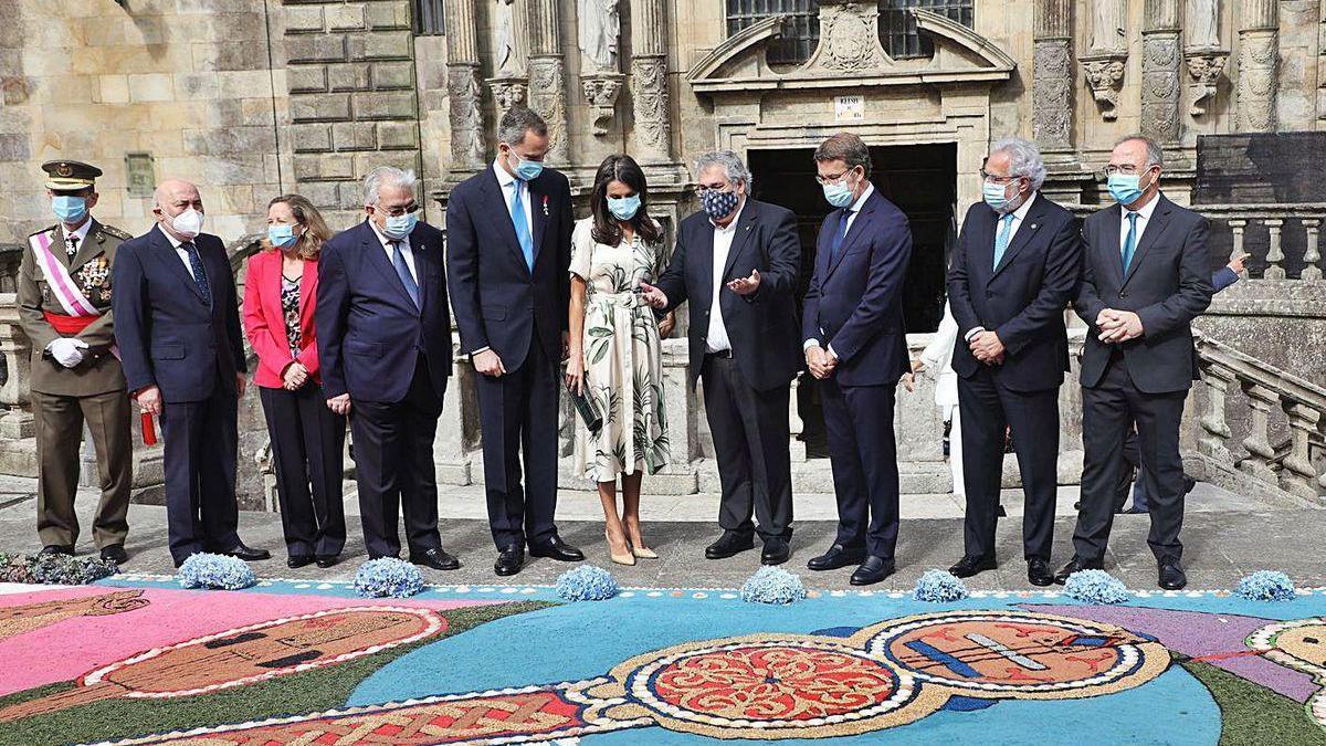 Manuel Alonso, en el centro, explica a los Reyes y a Núñez Feijóo uno de los diseños.