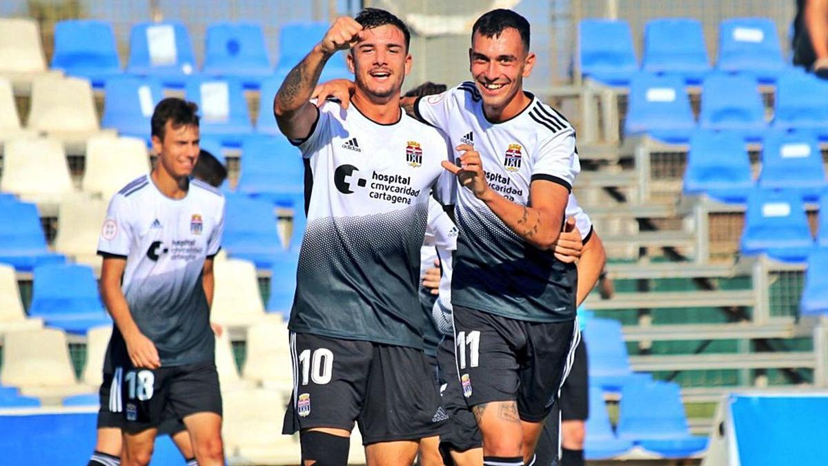 Revilla y Edu Martínez celebran uno de los goles de su equipo. | CANTERA FC CARTAGENA