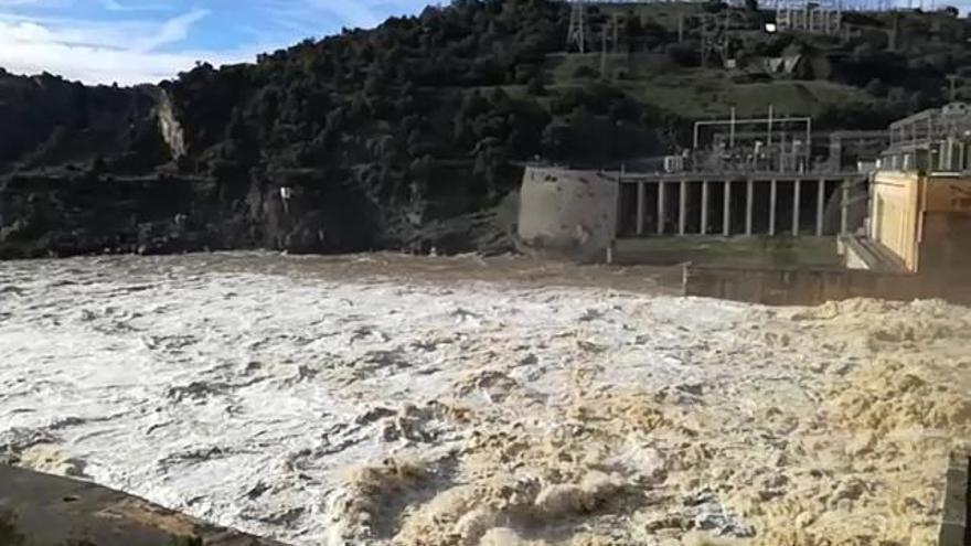 La presa de Villalcampo abre sus compuertas