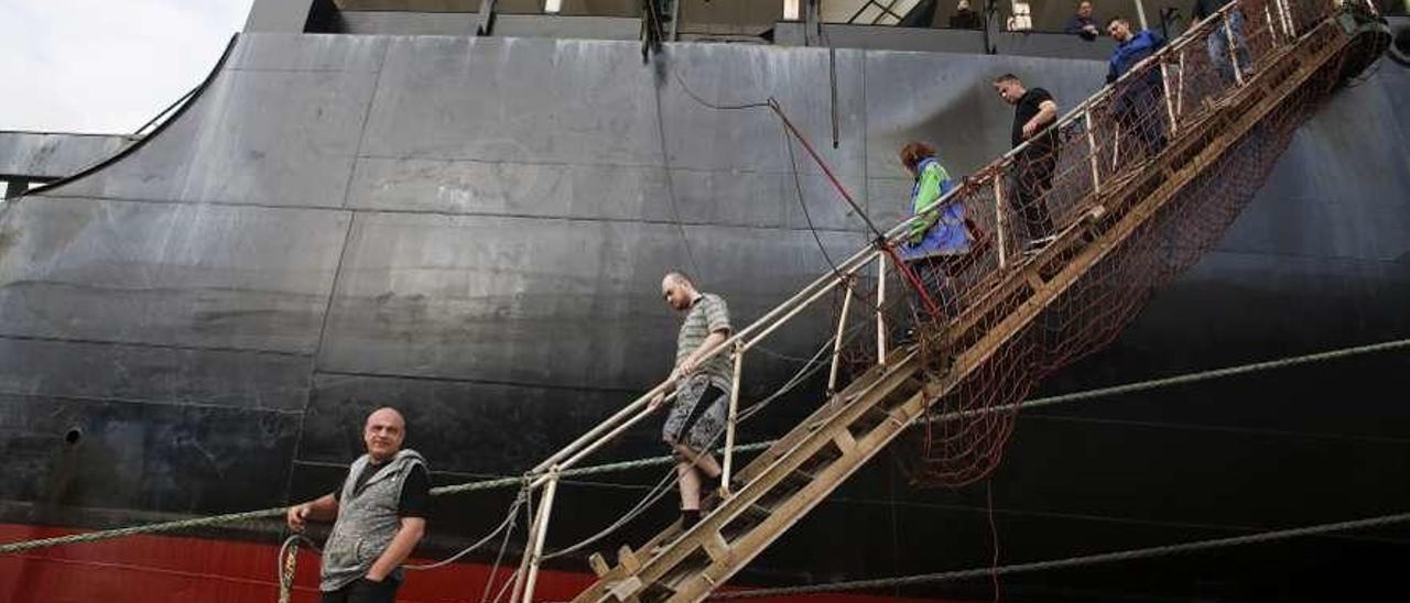 Tripulantes del barco ruso retenido desde hace un año en el puerto de Avilés, en el muelle de Valliniello.
