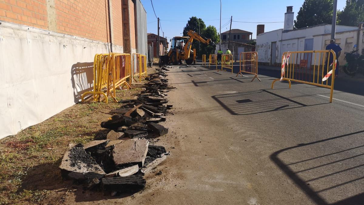 Obras de canalización en la calle Gándara de Benavente