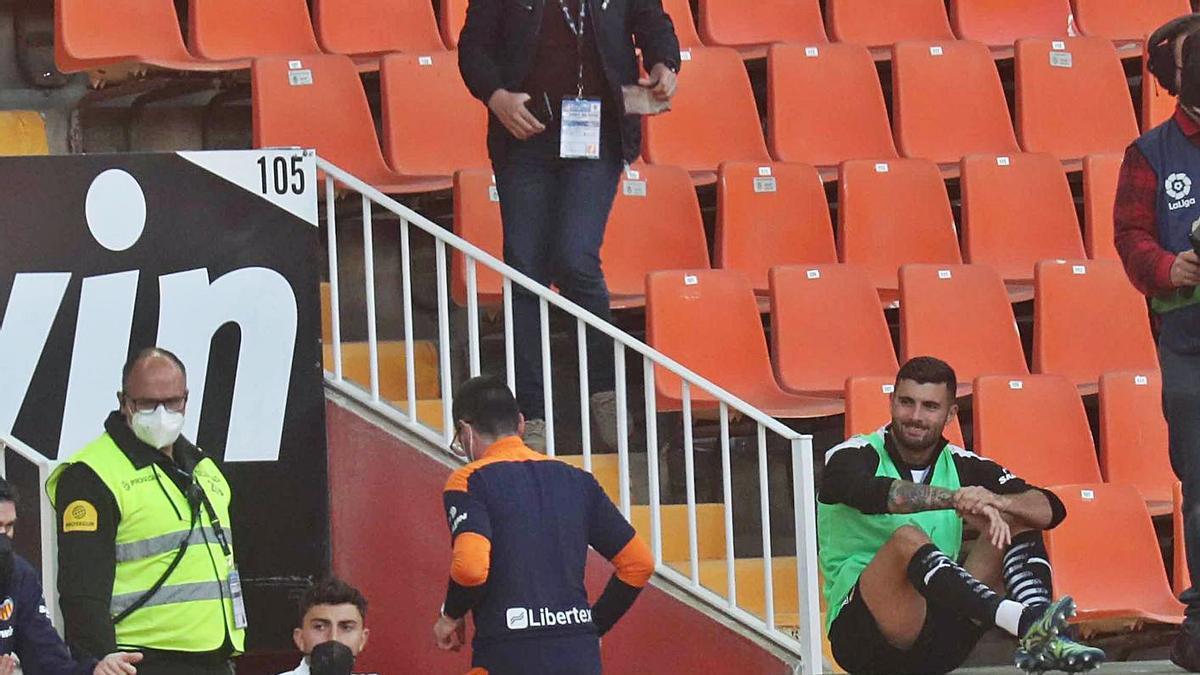 Futbolistas del Valencia en la grada de Mestalla, en un partido reciente.    J.M. LÓPEZ