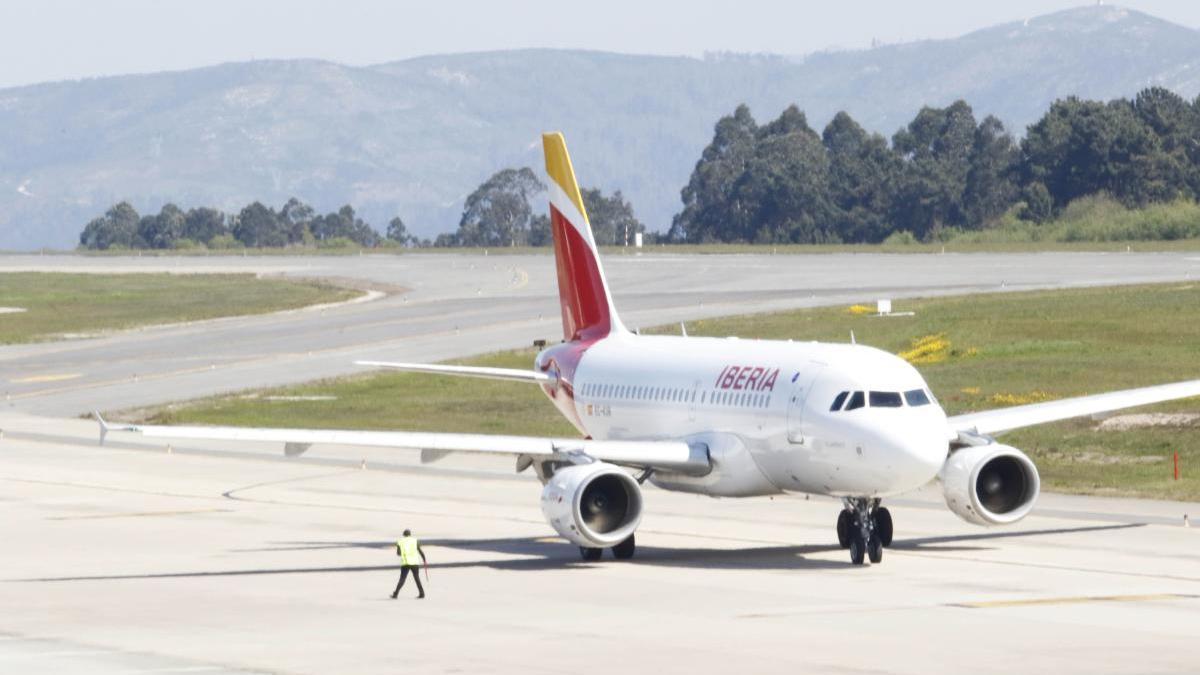 Un avión de Iberia en el aeropuerto de Peinador