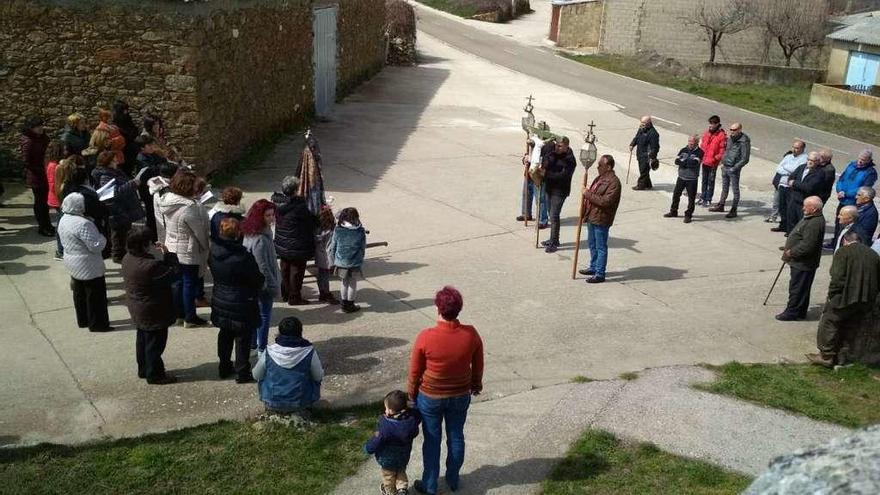 Santa Eulalia del Río Negro celebra la procesión del Encuentro sin sacerdote