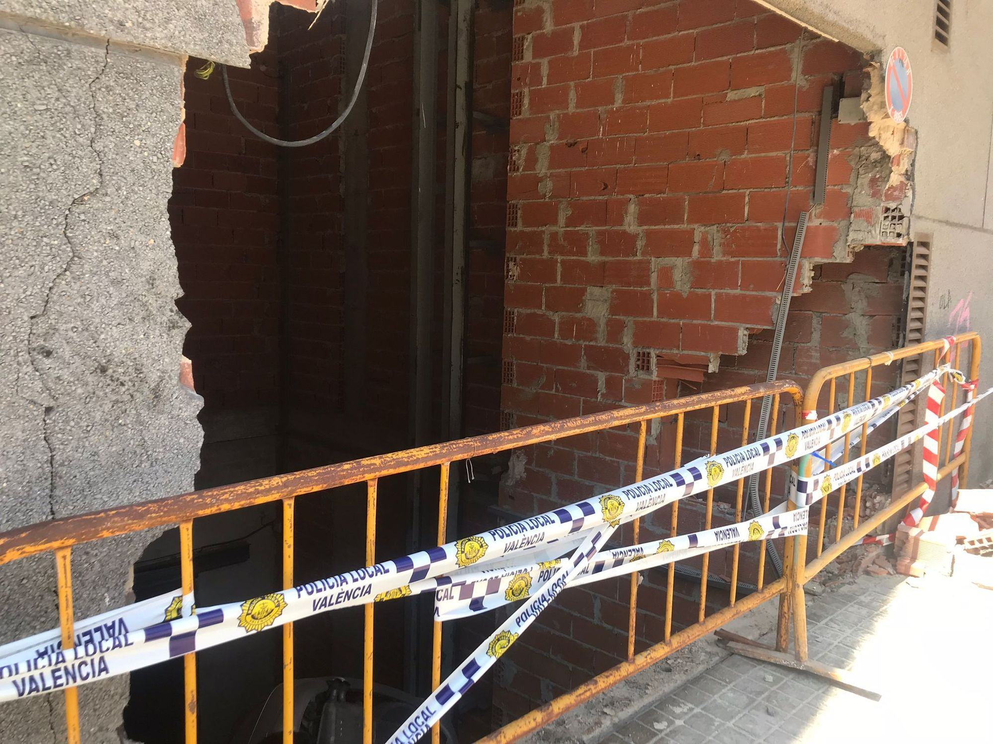 Un coche se estrella contra un garaje de la Avenida Burjassot